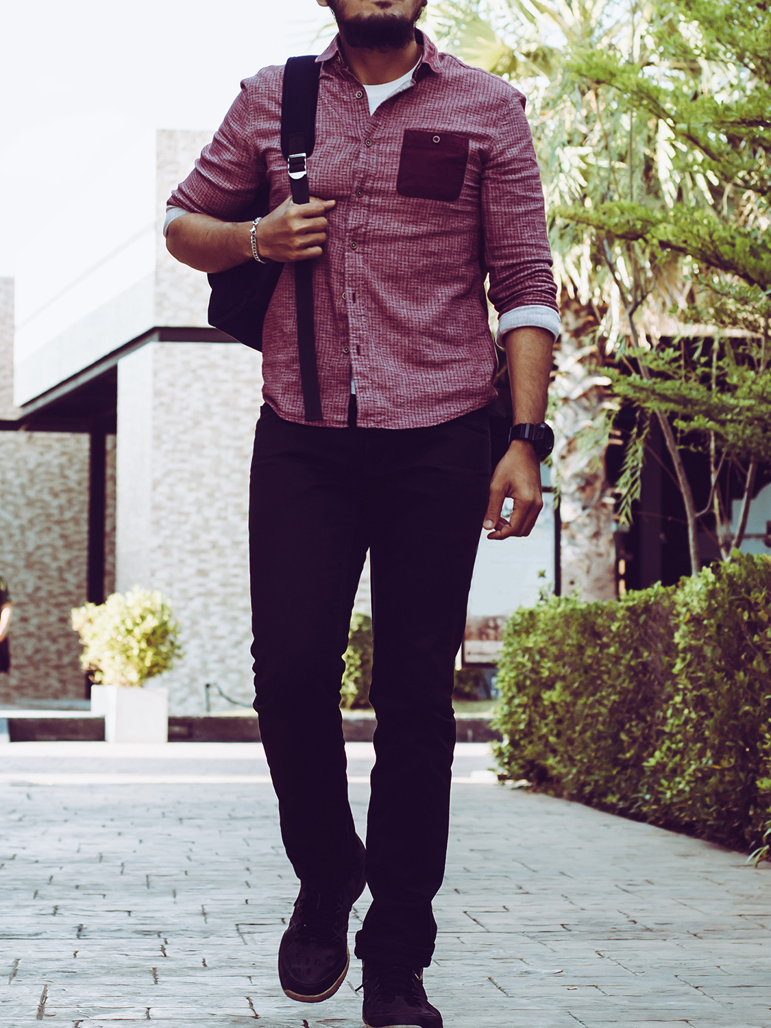 Men's outfit idea for 2021 with small-check casual shirt, black jeans, black desert boots. Suitable for spring and autumn.