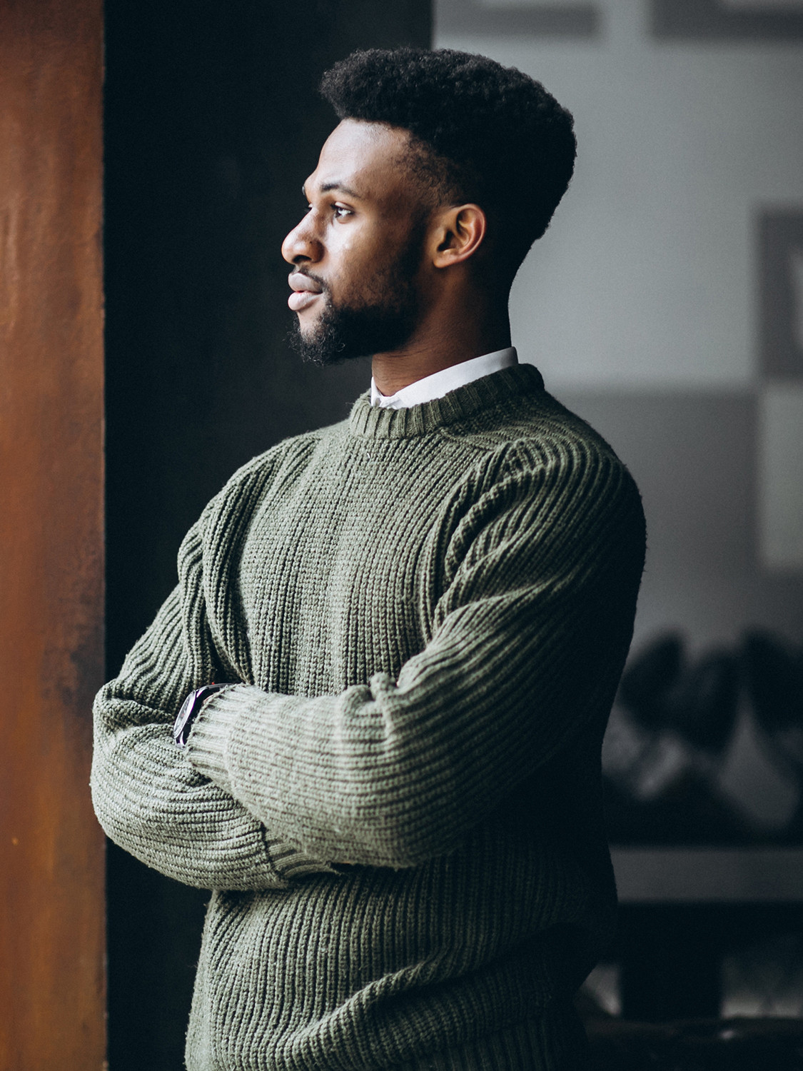 Men's outfit idea for 2021 with green plain crew neck knitted sweater, white casual shirt, navy chinos, oxford / derby shoes. Suitable for fall and winter.