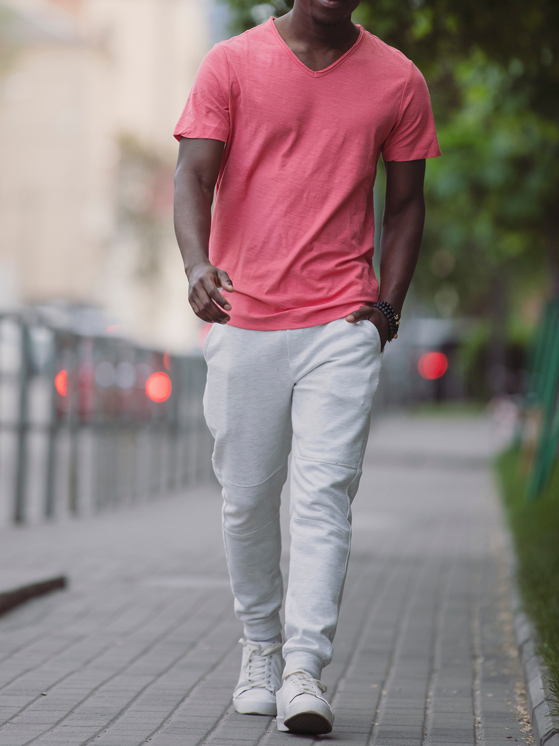 Men's outfit idea for 2021 with pink plain crew neck t-shirt, white sneakers. Suitable for spring and fall.