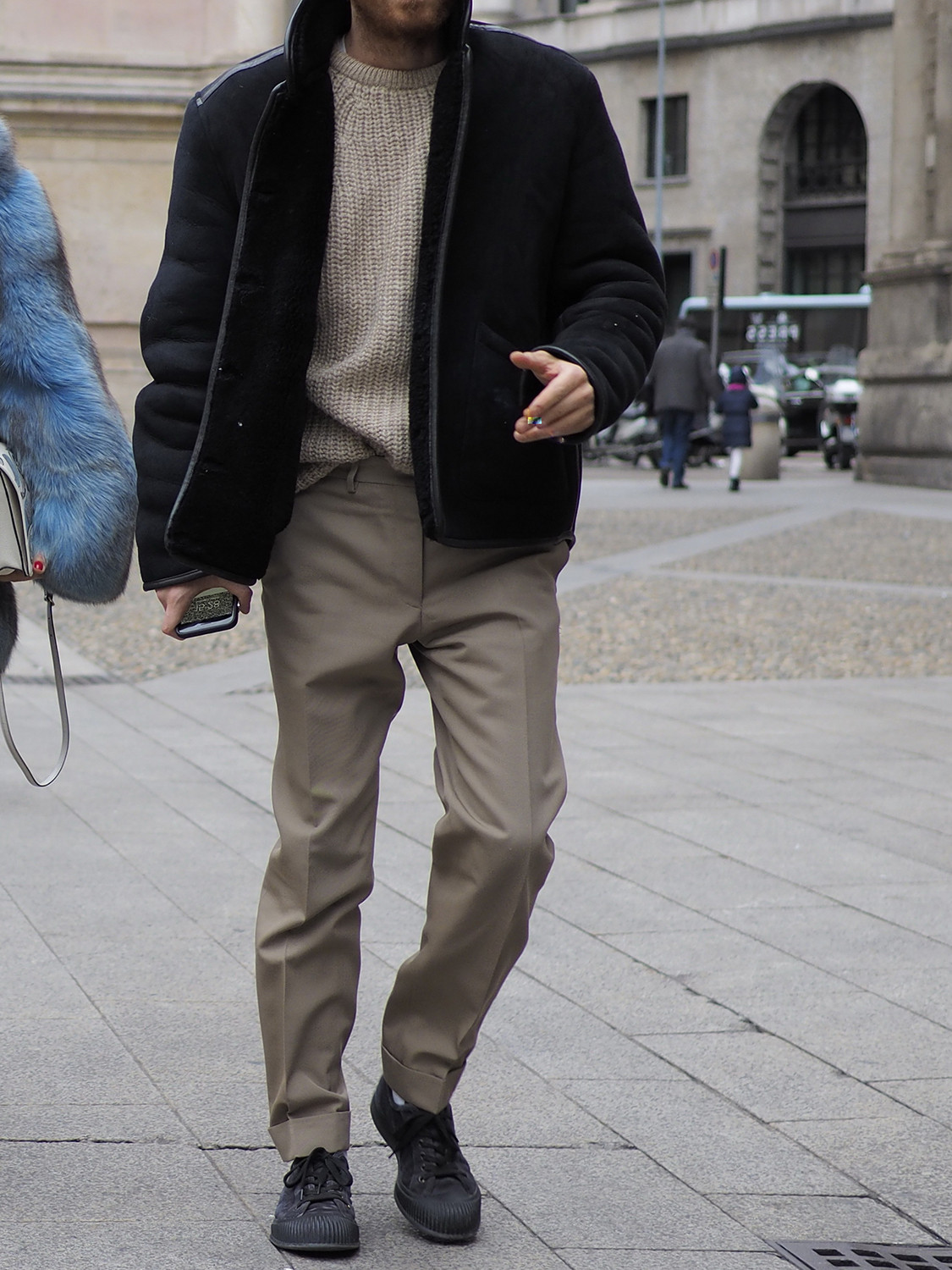 Men's outfit idea for 2021 with black jacket, cable-knit jumper, neutral chinos, black trainers / sneakers. Suitable for autumn and winter.