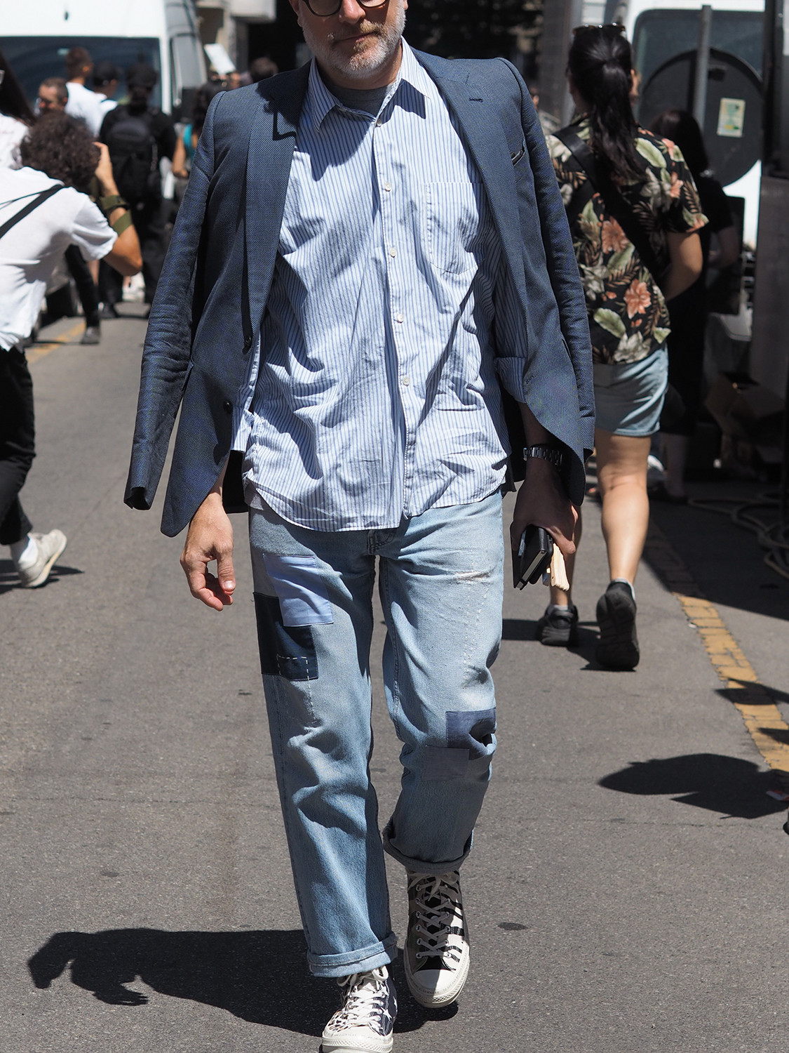Men's outfit idea for 2021 with navy textured blazer, blue striped casual shirt, light blue jeans, converse. Suitable for spring and autumn.