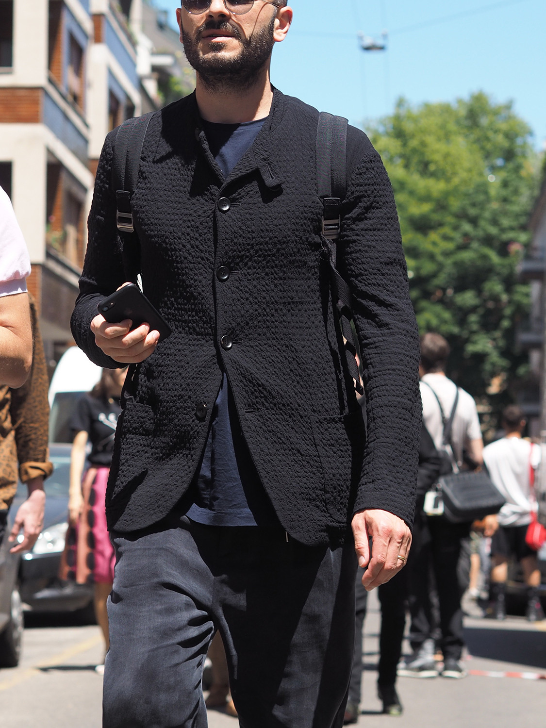 Men's outfit idea for 2021 with black overshirt, navy crew neck t-shirt, navy chinos, black rucksack, converse. Suitable for spring and autumn.