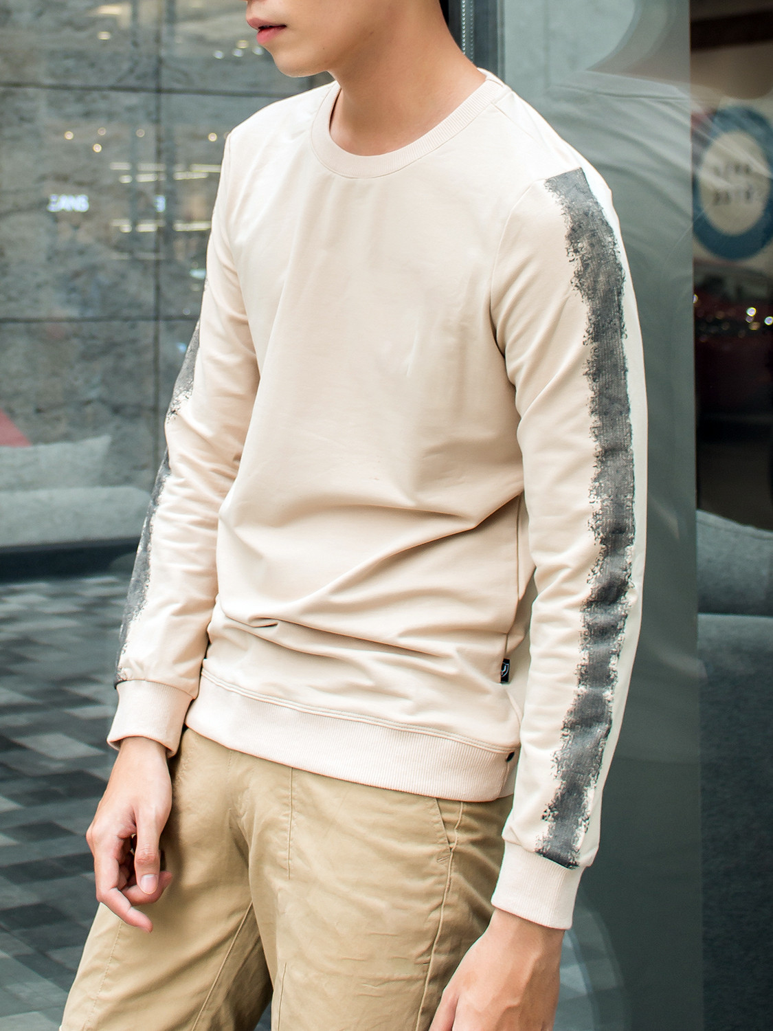 Men's outfit idea for 2021 with neutral plain sweatshirt, neutral chinos, white sneakers. Suitable for spring, fall and winter.