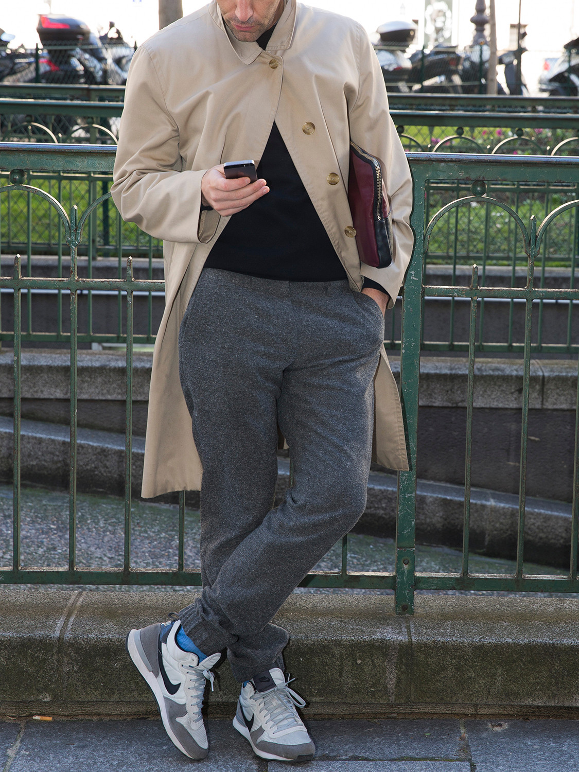 Men's outfit idea for 2021 with neutral trench coat, black crew neck t-shirt, grey sweatpants, neutral sneakers. Suitable for spring and fall.