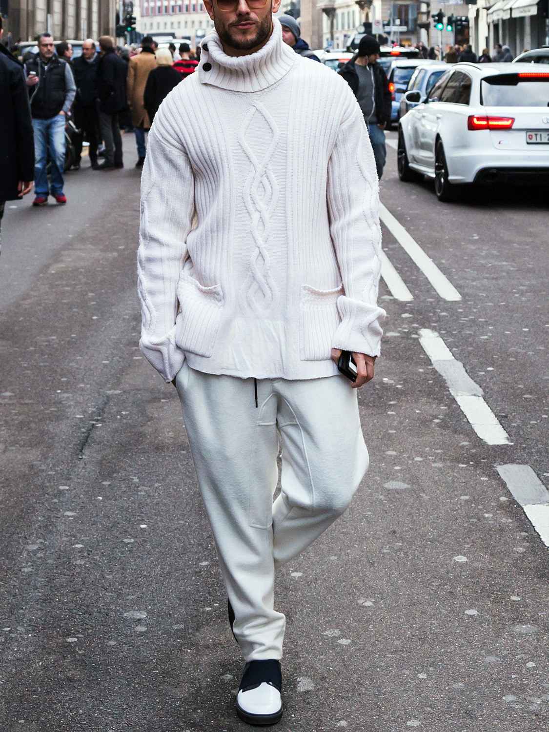 Men's outfit idea for 2021 with heavyweight rollneck sweater, neutral sweatpants, white sneakers. Suitable for fall and winter.