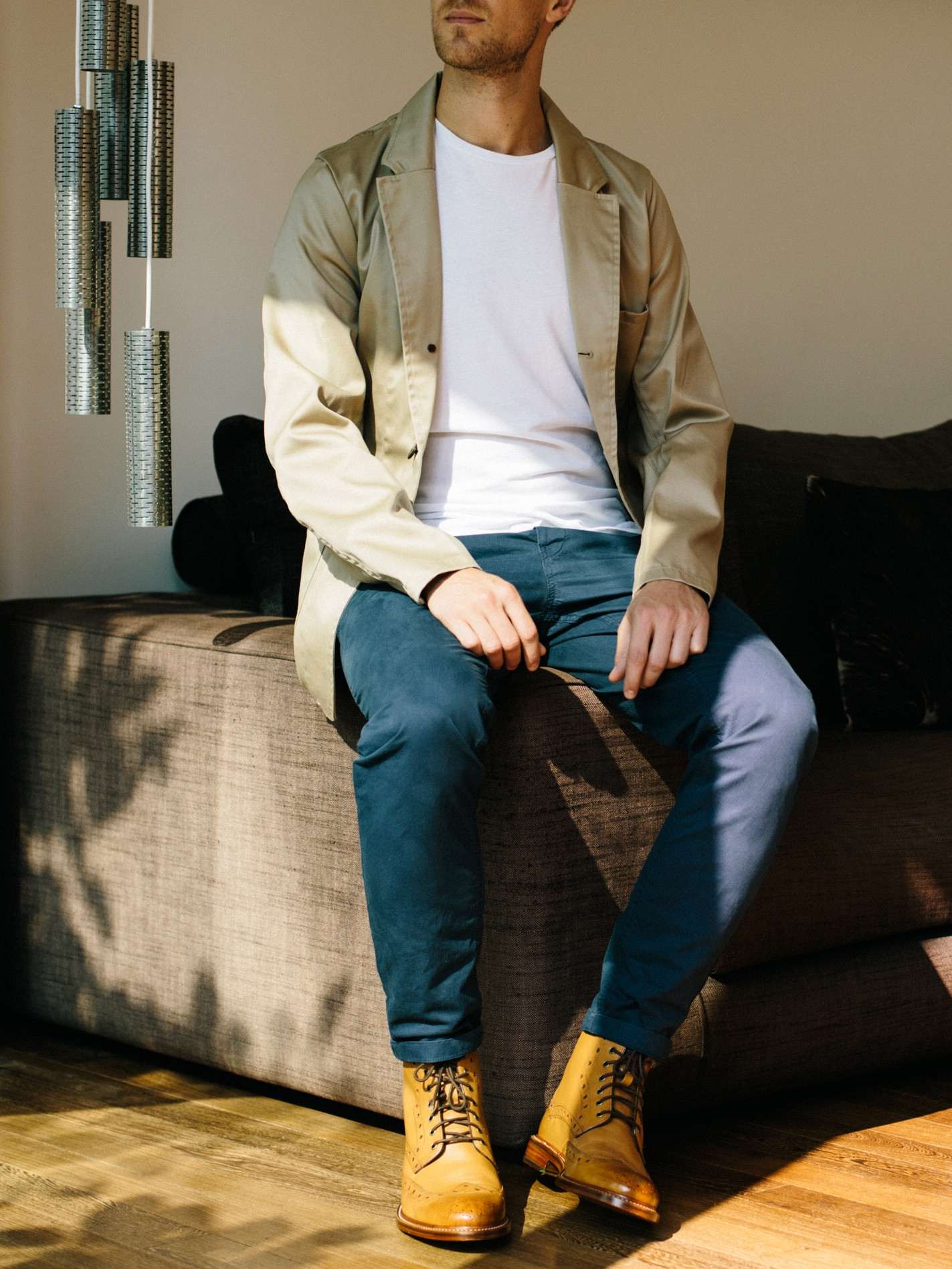 Men's outfit idea for 2021 with unstructured blazer, white crew neck t-shirt, navy chinos, lace-up leather boots. Suitable for spring, summer and autumn.