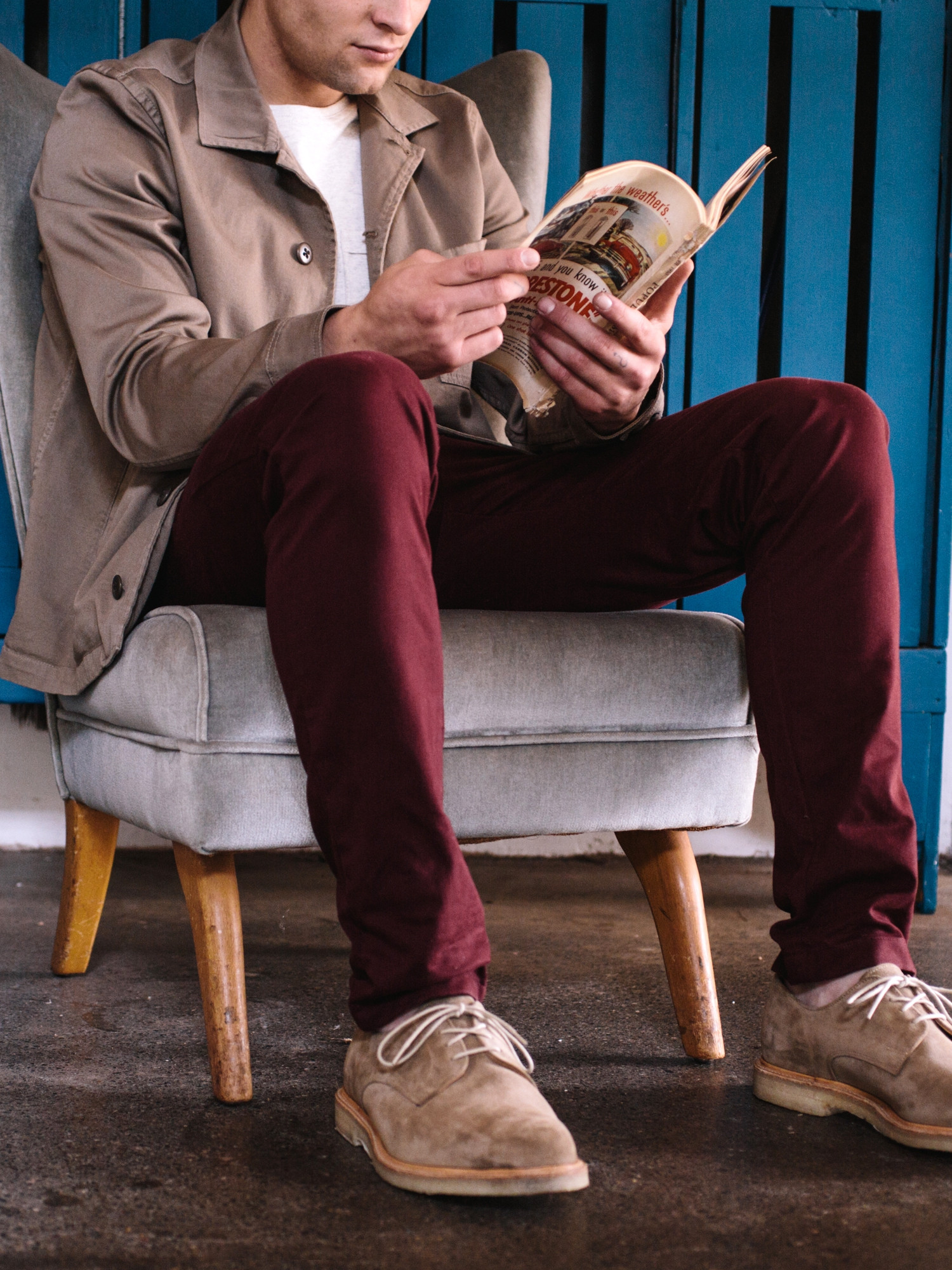 Men's outfit idea for 2021 with overshirt, white long-sleeved t-shirt, red chinos, suede shoes / desert shoes. Suitable for spring and fall.