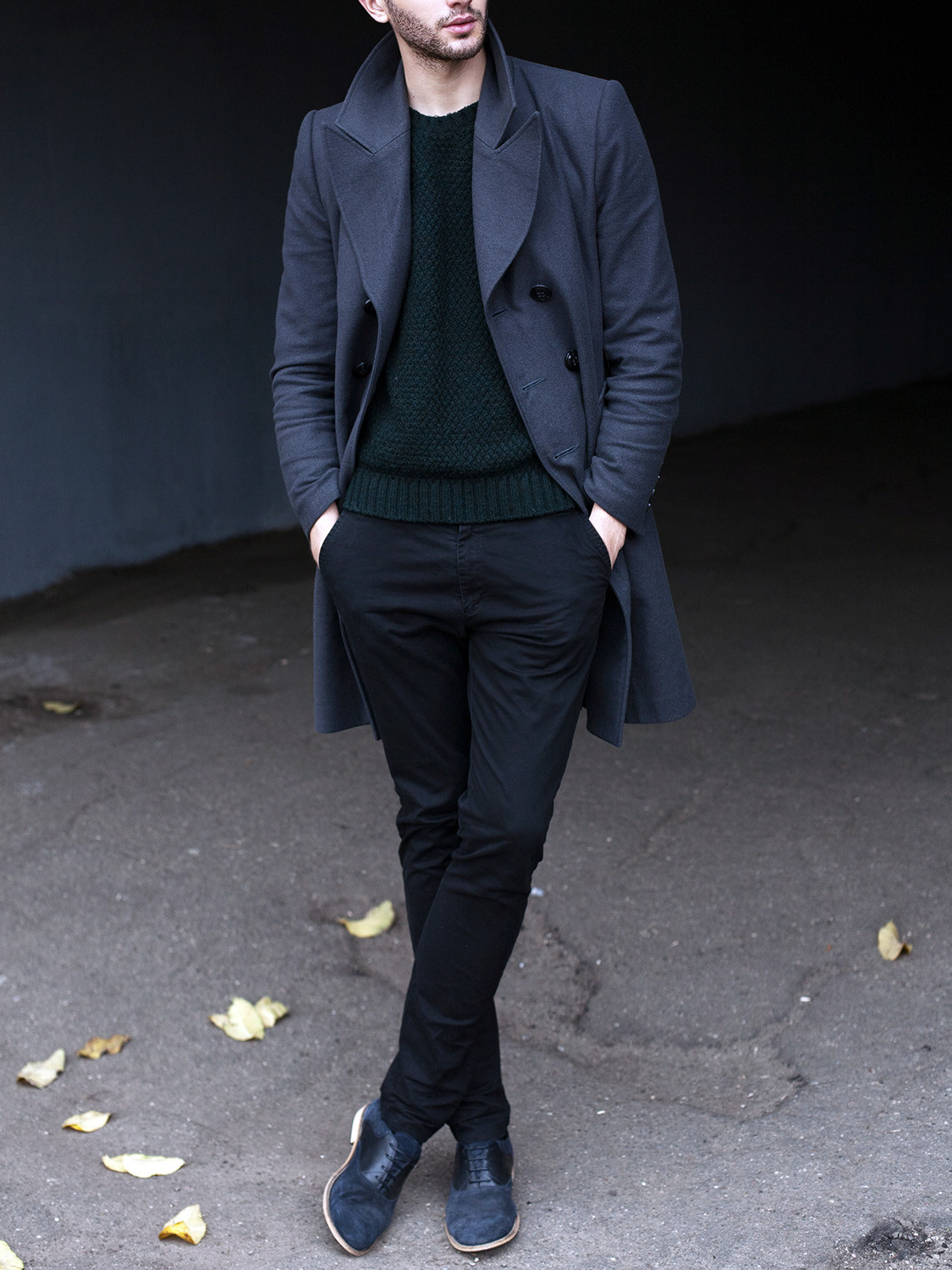 Men's outfit idea for 2021 with navy double-breasted overcoat, green plain crew neck knitted jumper, navy chinos, navy suede shoes / desert shoes. Suitable for autumn and winter.