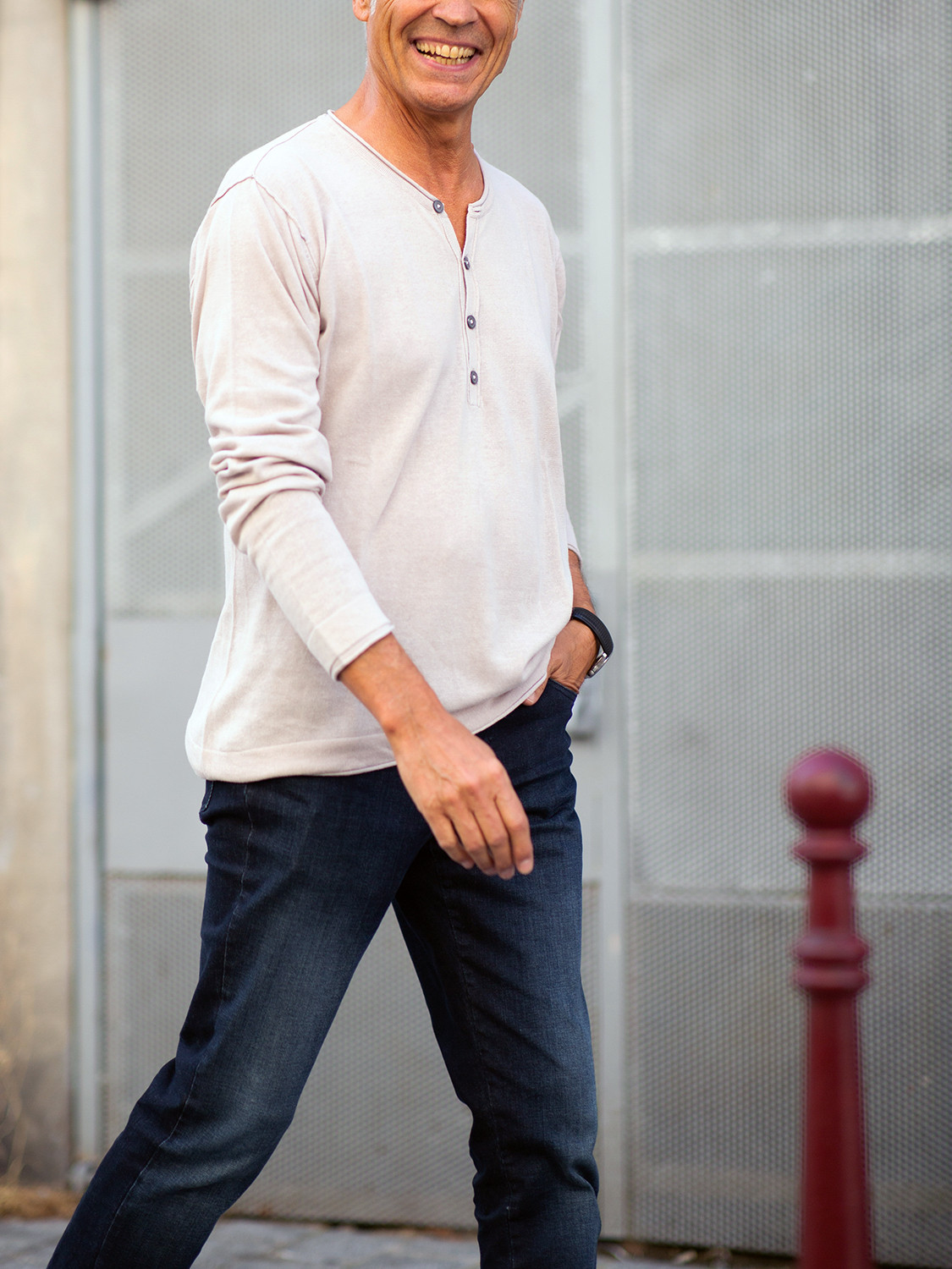 Men's outfit idea for 2021 with neutral long-sleeved henley top, dark blue jeans. Suitable for spring and fall.