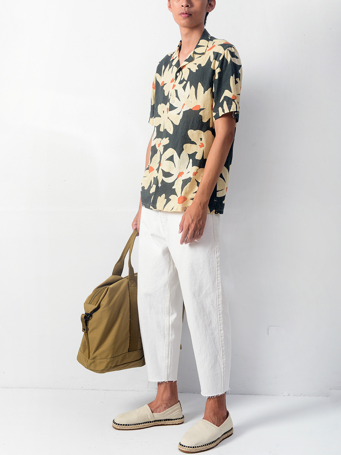 Men's outfit idea for 2021 with green short-sleeved patterned shirt, white jeans, neutral espadrilles. Suitable for spring and summer.