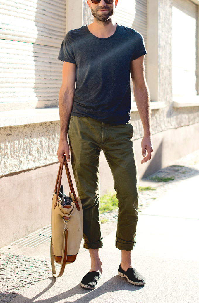 Men's outfit idea for 2021 with navy crew neck t-shirt, coloured chinos, tote bag, espadrilles. Suitable for summer.