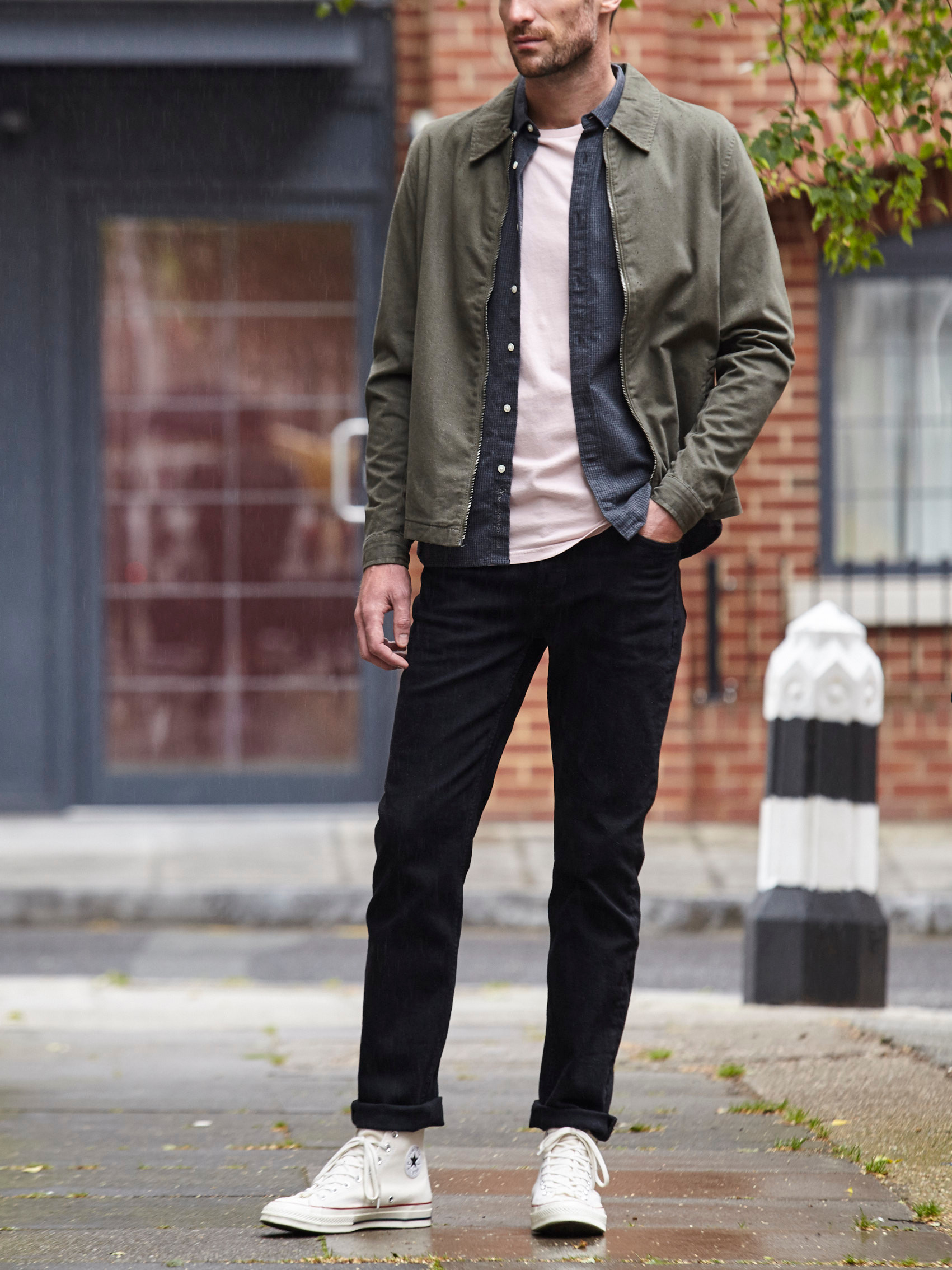 Men's outfit idea for 2021 with overshirt, blue casual shirt, pale-colored crew neck t-shirt, black jeans, converse. Suitable for spring and fall.