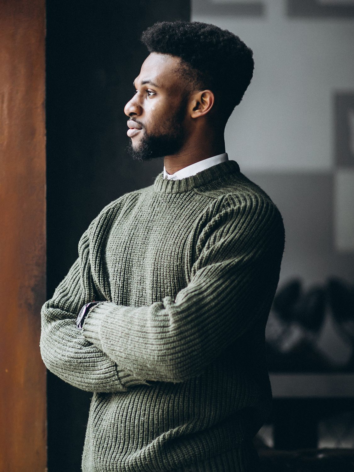 Men's outfit idea for 2021 with green plain crew neck knitted jumper, white casual shirt, navy chinos, oxford / derby shoes. Suitable for autumn and winter.