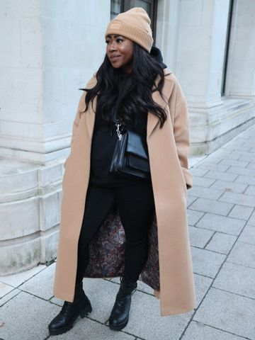 Women's outfit idea for 2021 with black hoody, black jeans, neutral beany, black ankle boots. Suitable for spring, fall and winter.